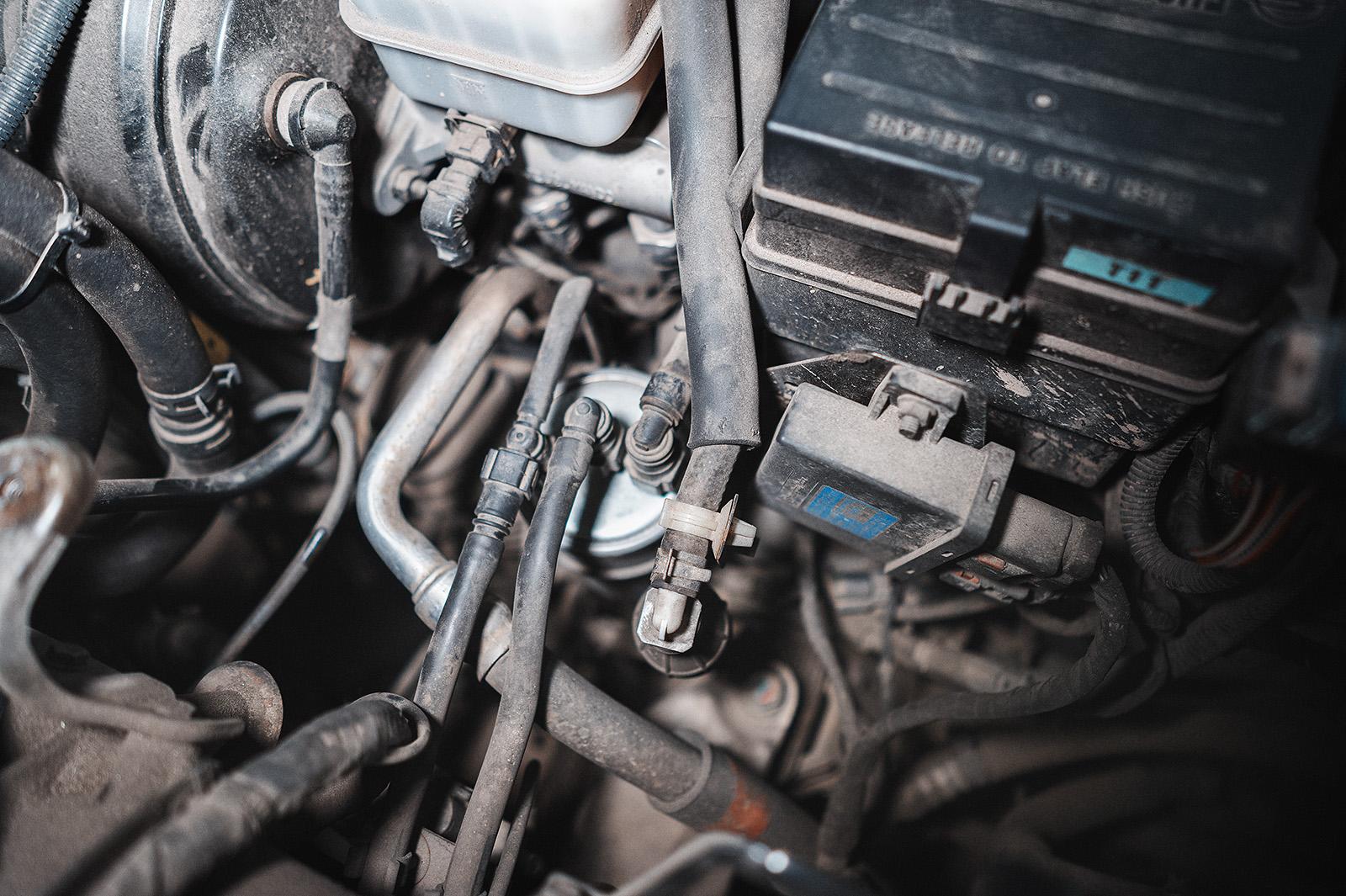 Топливный фильтр расположен с левой стороны от двигателя